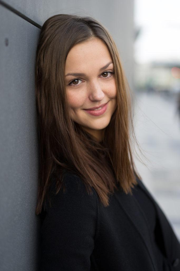 barbarawenzfotografie_portrait-wien-urban-stadt-schauspielerin-minimalismus-hübsch-wind-irisillieviech-lachend