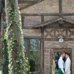 Gleichgeschlechtliche Hochzeitsinspiration im Garten des Concordia Schlössls